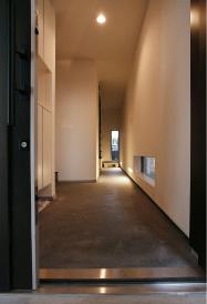 玄関は長い土間が特徴