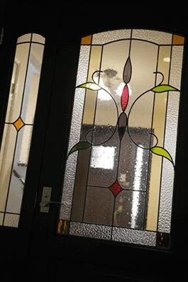 1.二世帯の仕切りのドアをステンドグラスに玄関は一つでもプライバシーを確保