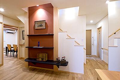 玄関まわり。階段室を中心に回遊動線を確保して生活の利便性を高めた。