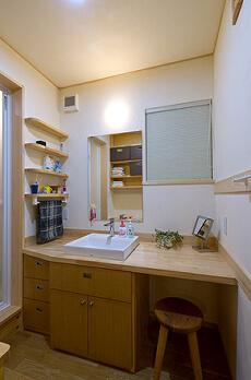 収納計画を考えて細かく設計した2階の洗面所。