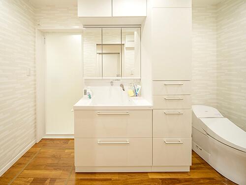 洗面とトイレを一体にした、バリアフリーの1階サニタリー。