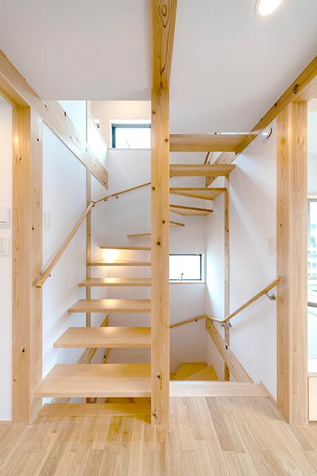 キッチン上部に設けたロフトへと続く木の階段は子供もお気に入り