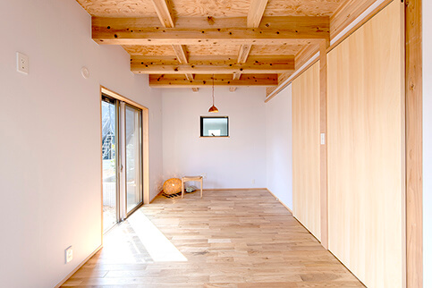 木の梁が見える天井、床や建具も木を使い、温かみのある空間に