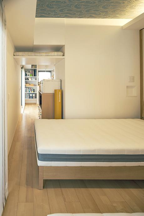寝室から書斎方向を見る。以前収納だった部分を取り払って、行き来できるようにした。通路の上部には引き出し式の収納も用意。