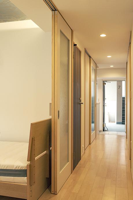 中廊下の見返し。中廊下と個室はガラスの引き戸で間仕切り。