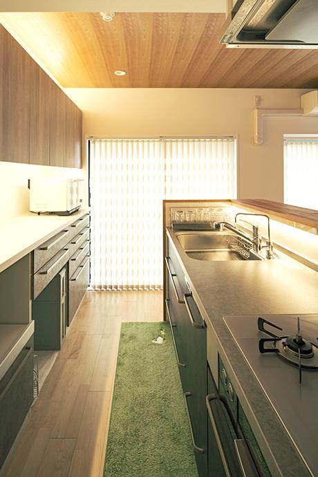 キッチンの間接照明。天井の端部や収納扉まわりのほか、流し水洗を照らす照明など、場所に応じて設置した。