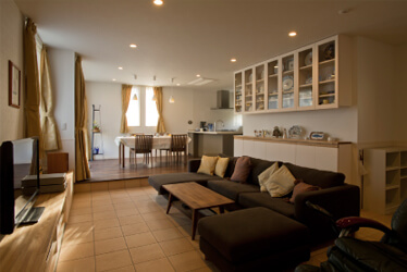 自立した二世帯住宅を結びつける程良い距離感と2つの庭