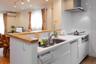 限られたスペースの中で家族6人が快適に暮らせる機能的な住まい