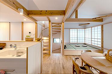 家族の暮らしに合った明るく開放的な木の家
